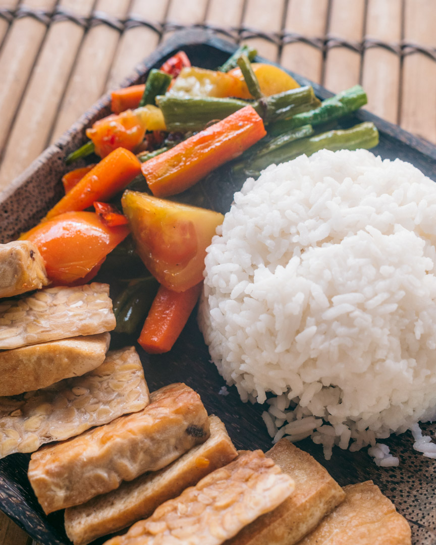 Rice with vegetables and tempeh