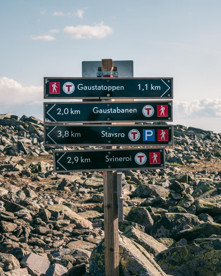 Sign showing that there are several different routes to Gaustatoppen